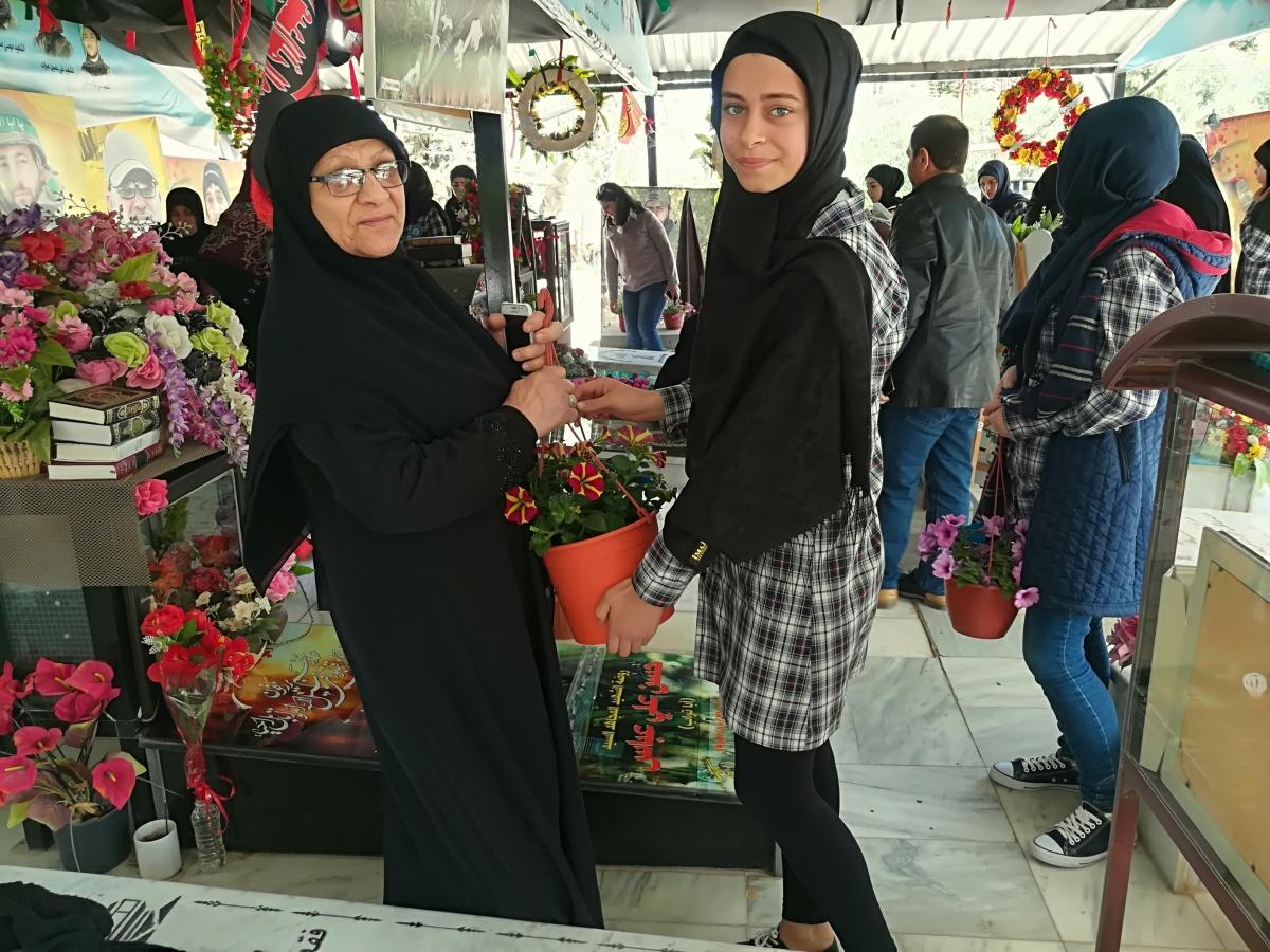 بالفيديو والصور: طلاب ثانوية الطيبة يقدمون الورود والهدايا لأمهات الشهداء ومسنات الطيبة في عيدهن؟.